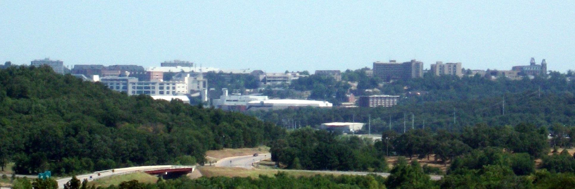 Fayetteville,_Arkansas_skyline_featuring_University_of_Arkansas